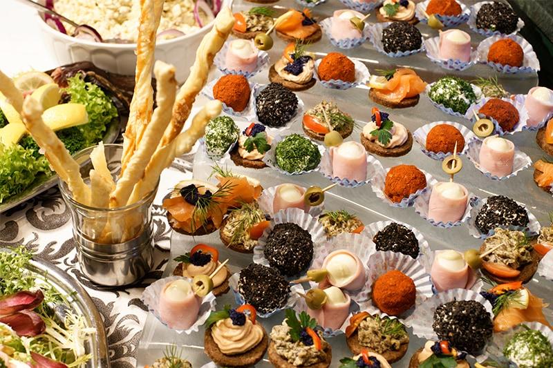 Lækker mad til personalefest som serveres i små portioner.