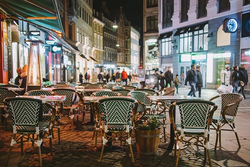 Bordet og stole foran spisested på Strøget i København.